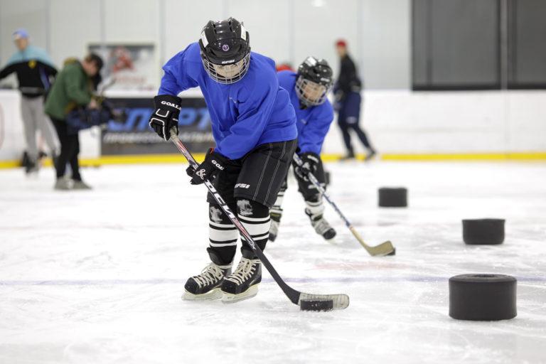 Для Юсуфа хоккей — это новый мир, где он учится держаться на льду и осваивает правила игры