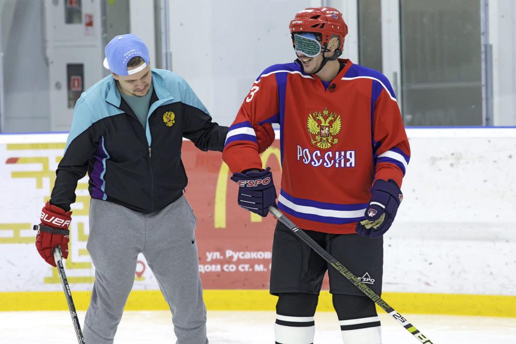 Для Юсуфа хоккей - это новый мир, где он учится держаться на льду и осваивает правила игры