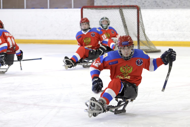 «Белые медведи» сыграли с молодежной сборной по следж-хоккею