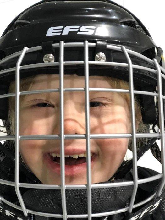 «Нет, я не буду плакать!» История девочки с синдромом Дауна, которая играет в хоккей