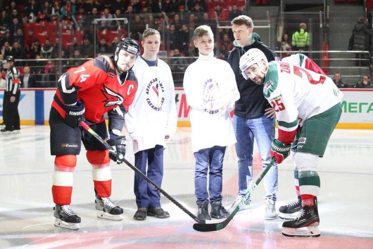 Чек на сумму 682 500 рублей передан команде по хоккею для незрячих в рамках акции «Голевая передача»