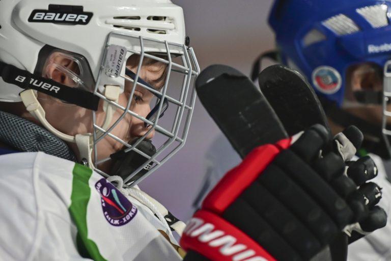 Новые лезвия, краги и майки — как команды готовятся к главному событию в мире адаптивного хоккея