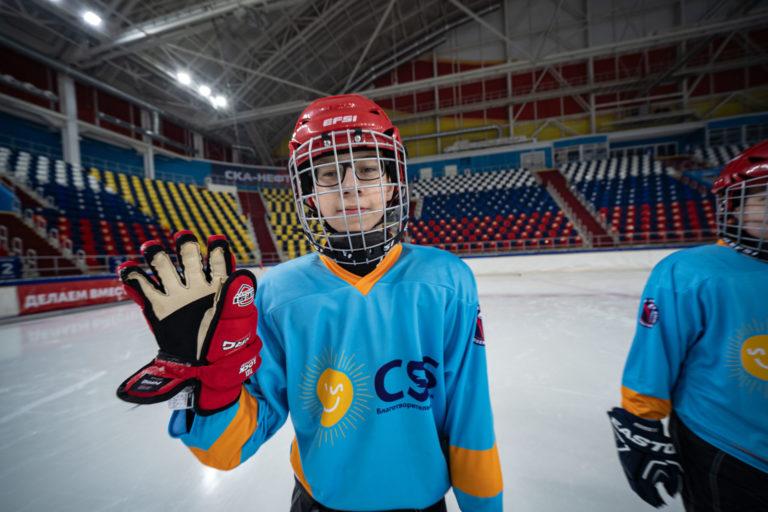 В Хабаровске учатся играть в хоккей на слух