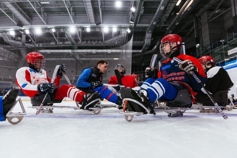 Новые лезвия, краги и майки - как команды готовятся к главному событию в мире адаптивного хоккея